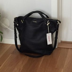 See by Chloé svart axelremsväska. Självklart äkta. Mått: B38 cm x H37 cm x D12 cm. Dustbag medföljer.  Hör av er vid fler frågor! 🎈
