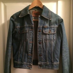 Jeansjacka från Gul&Blå som aldrig blir omodern. I väldigt bra skick. Perfekt nu när solen börjar titta fram☀️  Vid frågor är det bara höra av sig😊