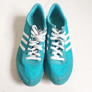 Grymt härliga turkosa Adidas-sneakers 💙👟Skitsnygga när man har bruna ben och sköna att gå i! Frakt 69kr. Jag har svisch!