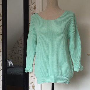 Mint/pastellgrön stickad tröja från VILA. Jättefin till våren! Är mer utav en small än en large. Sparsamt använd.