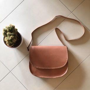 Ny oanvänd väska från Indiska. Helt i skinn och mocka. Längden kan justeras på axelbandet.