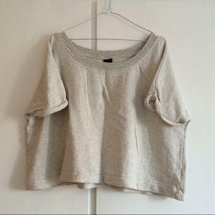 Oversized croppad sweatshirt från Gina Tricot. Supermjuk och gråmelerad.