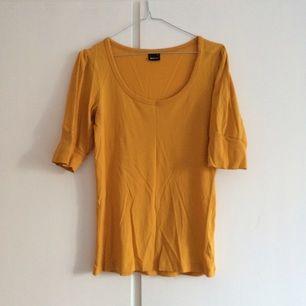 Senapsgul tröja med moddar på ärmarna. Använt skick men hel och fin!