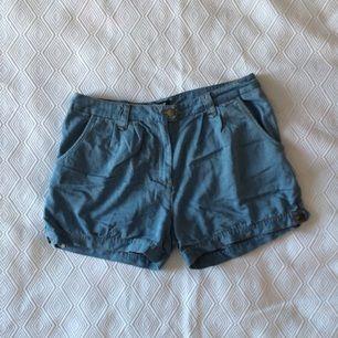 Vida jeansshorts i fint tyg. Två fickor fram och två fickor bak. Jättefint skick!