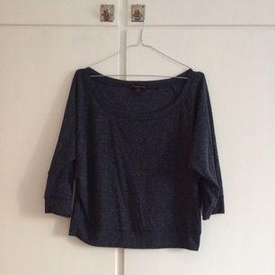 Oversized / lössittande blåmelerad tröja. Skönt material och vid urringning.