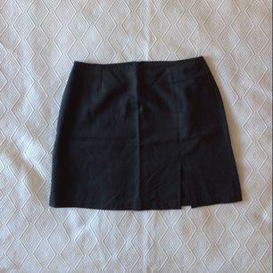 Grå kjol med slits. Superfin kvalitet, köpt i Neapel i en skumraskbutik. Sparsamt använd.