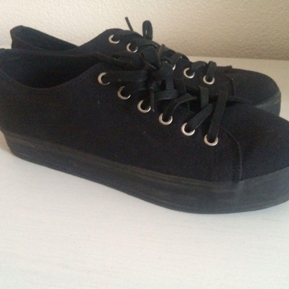 Svarta sneakers med platå sula ifrån Nilsons. Använda endast en gång . Skor. c2883615be03c