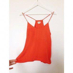 Linne i orange-röd nyans. Mjuk och fin i silkesliknande skört material. Aldrig använd.