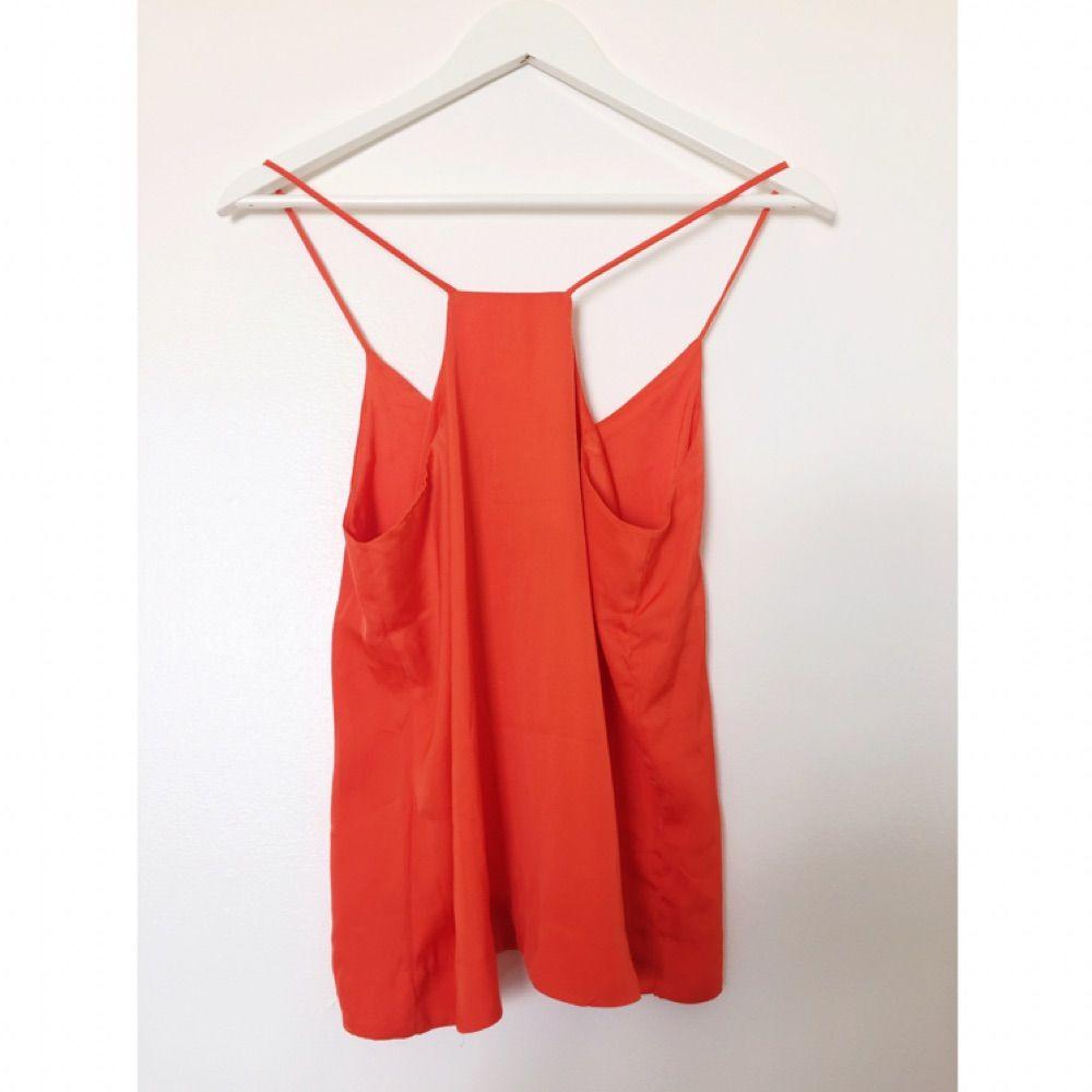Linne i orange-röd nyans. Mjuk och fin i silkesliknande skört material. Aldrig använd. . Toppar.