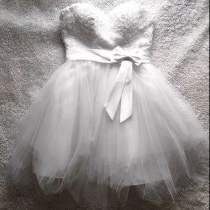 Balklänning - Egen designade bal/festklänning som är gjord efter min kropp men jag har storlek 36 i de flesta andra klänningarna så den borde passa till en som har stl 36. Köpte 1600kr då och har använt den 1 gång. Säljer nu för 650kr. Skriv om ni vill ha frågor om mått och sånt :)
