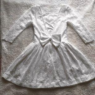Sommarklänning - egen designade klänning efter min kropp. Jag har storlek 36 i vanliga klänningar så den borde vara stl 36 också. Har använt den 1 gång till skolavslutningen. Nypris var 1000kr men säljer nu för 400kr