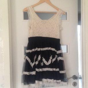 En jättefin klänning i rockabilly stil, använd endast 1 gång på skolavslutning. Kan skickas mot fraktkostnaden
