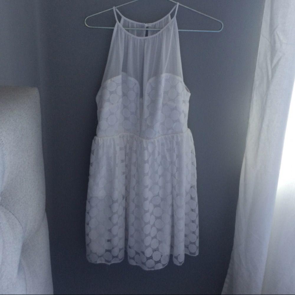 df48ff44e041 Fin vit klänning från asos. Perfekt för studenten. Jättefin halsringning.  Använd endast 1 ...