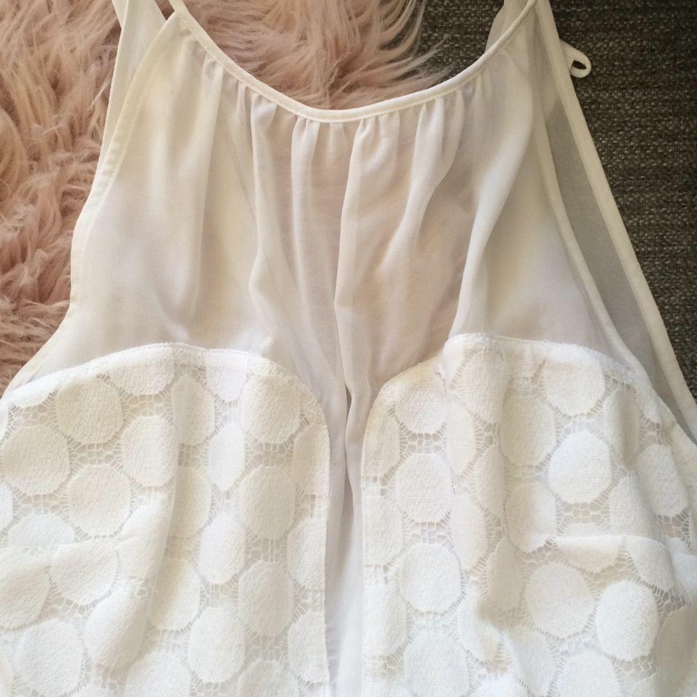 d1d5a0fd20cc Använd endast 1 Fin vit klänning från asos. Perfekt för studenten. Jättefin  halsringning. Använd endast 1