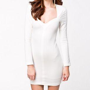 Vit klänning från Nelly! Etiketten är borttagen men den är aldrig använd.