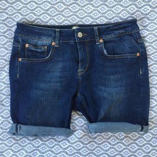 avklippta gina jeans i storlek 30. ej uppsydda endast avklippta och uppvikta!