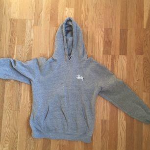 Clean stussy-hoodie. Säljer eftersom den är för liten för mig. Passar typ S-M. Såklart passar den både tjejer och snubbar.