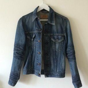 Säljer min jeansjacka inköpt för tio år sedan! Har knappt använt den pga för liten i storleken. Jättefint skick. Frakt tillkommer