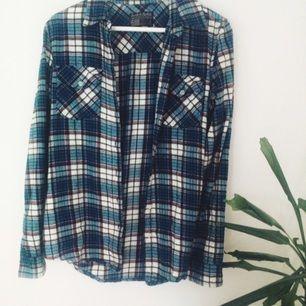 Drömsnygg skjorta från Carlings. Sitter snyggt oversize på mig som vanligtvis har S.