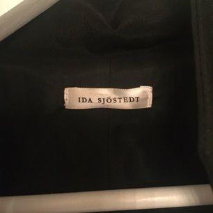 Säljer min Ida Sjöstedt-kappa. Använd men i fint skick:)