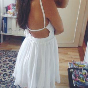 Somrig klänning som köptes för att ha på studenten men aldrig kom till användning, dvs den är helt oanvänd. Den är fodrad vid bysten så man inte behöver en bh under🌺