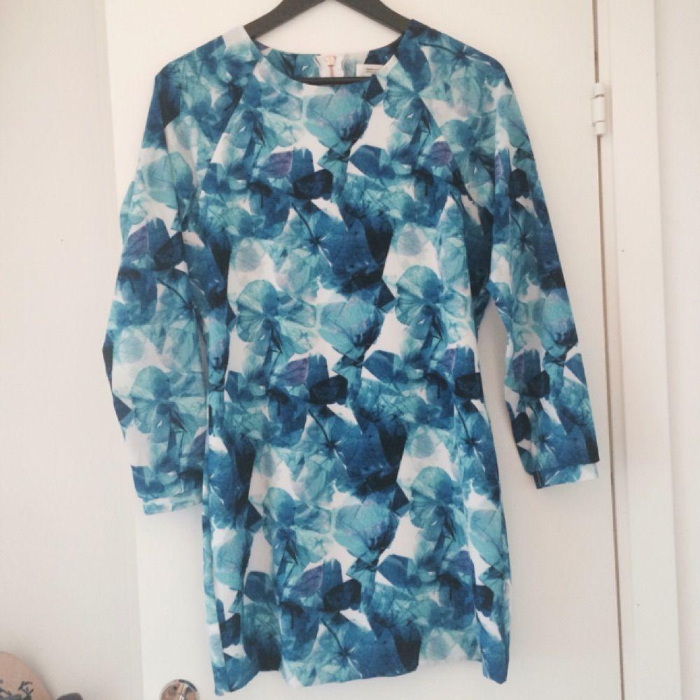 a5af051d21c3 Helt oanvänd klänning från Angelica Blicks kollektion för Bikbok i en  fantastisk blåmönstrad färg.