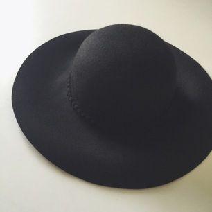 Svart hatt i ull från Primark i London. Endast provad då den är lite för stor för mig. Brukar ha S-M i hattar, så passar de med M-L bättre. Eventuell frakt tillkommer.