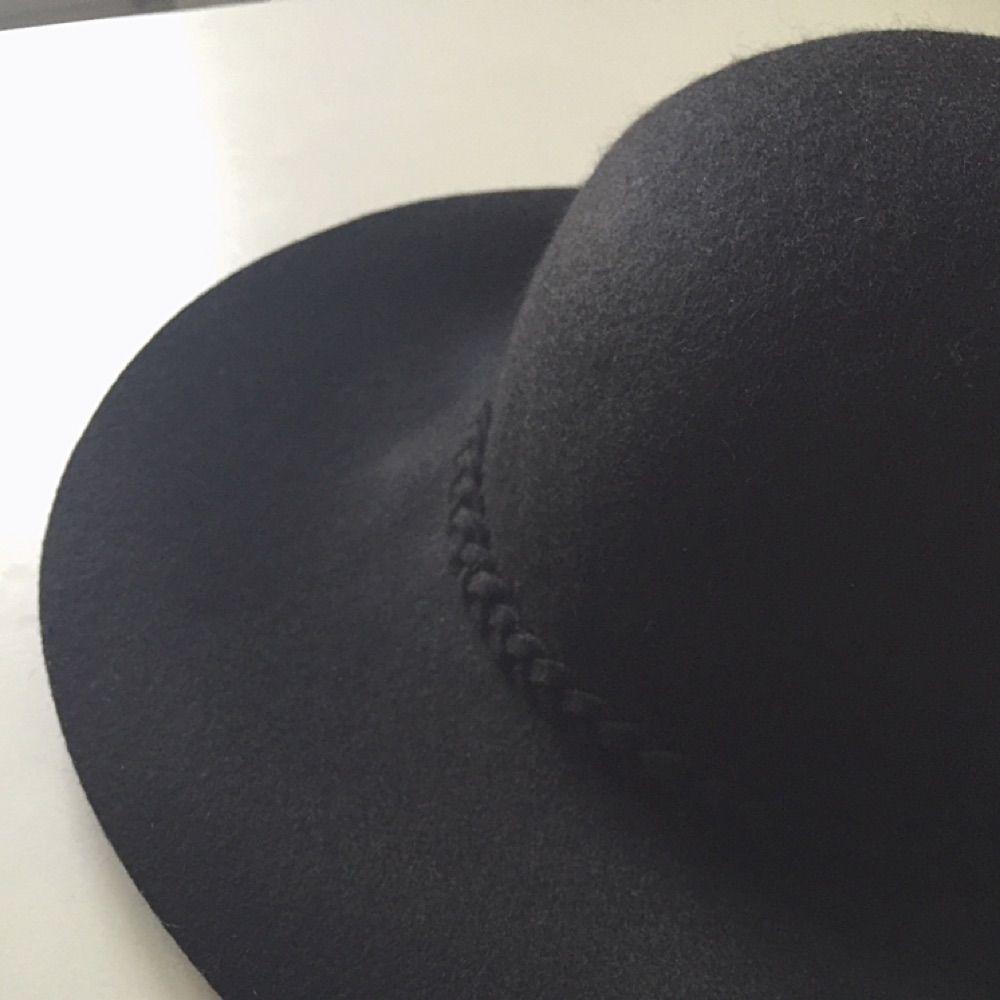 Svart hatt i ull från Primark i London. Endast provad då den är lite för stor för mig. Brukar ha S-M i hattar, så passar de med M-L bättre. Eventuell frakt tillkommer.. Accessoarer.