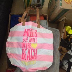 Säljes: Victoria Secret strandväska. Helt ny, i sitt plast fortfarande. Stor med plats för allt som ska med på sommardagen eller stranden!