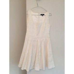 Vit klänning från Dry Lake på MQ, köpt för 499kr. Säljer pga att den inte kommer komma till användning mer. Använd en kväll.