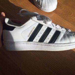 Adidas superstars skor i väldigt bra skick!! Bor i Stockholm😊😊 säljer pga hittat ett par andra skor jag vill ha, annars inget fel på de! Väldigt fina och sköna skor 💗