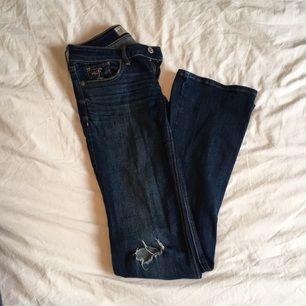 Snygga bootcut jeans från Hollister!  Midja 23, längd 33, 00R. Möts gärna upp i centrala Stockholm. Tillkommen frakt står du för.
