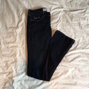 Snygga mörkblå bootcut jeans från Hollister! Midja 25, längd 33, 1R. Möts gärna upp i centrala Stockholm. Tillkommen frakt står du för.