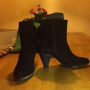 Skorna är inhandlade på Nilson, är helt oanvända på grund av för liten strl. Pris vid köp 899 kr