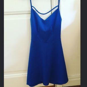 Säljer min klänning med ryggurringning. Använd fåtal gånger och i bra skick. Jag är 163 cm och väger 60 kg & storleken sitter perfekt på mig (strl S)