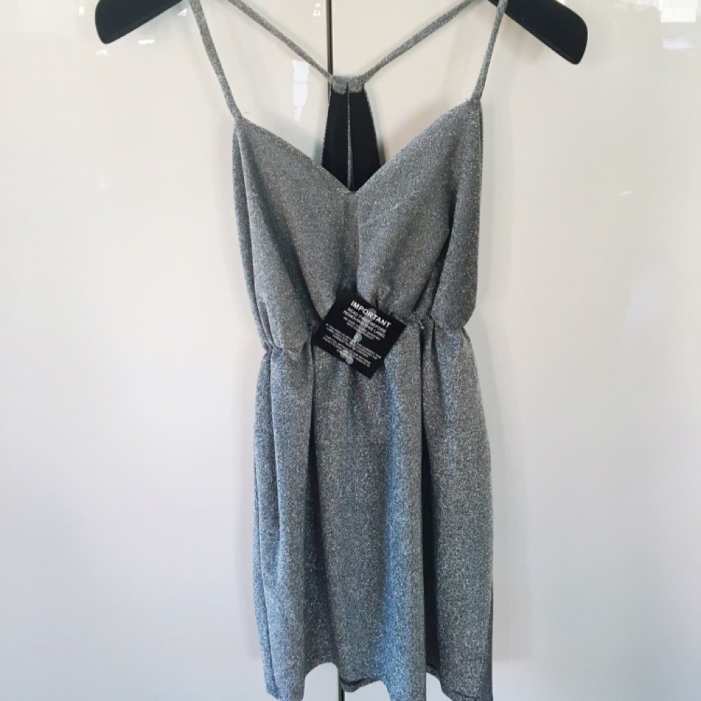 6da6b81bc33d En helt oanvänd silver grå klänning med öppen rygg som är köpt på Nelly för  några ...