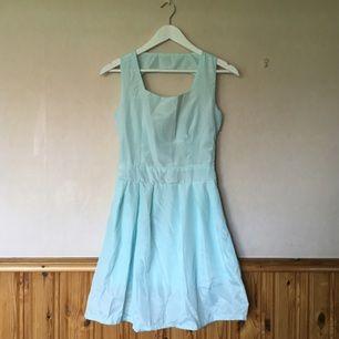 Ljusblå/ljusturkos klänning från sammydress.com. Aldrig använd eller provad, ganska liten i storleken.