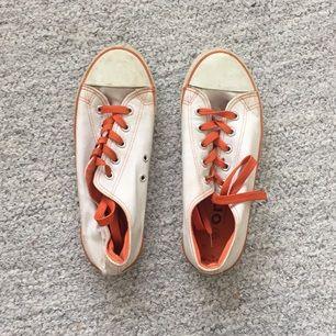 Snygga converse-liknande skor från OMS! Second hand från början men sparsamt använda. Säljes pga för stora.  Frakt tillkommer! Finns i Stockholm.
