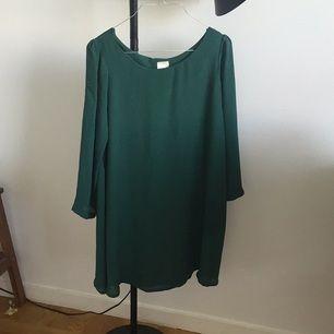 Fin och enkel grön klänning från Monki. Använd typ en gång!   Frakt tillkommer! Finns i Stockholm