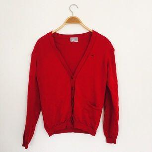 Röd Cardigan, J.Lindeberg, strl medium.  Använd fåtal gånger, mycket mjuk och skön i materialet.