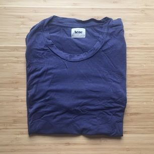 Blå/lila t-shirt från Acne. Fint skick