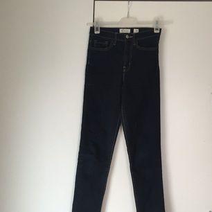 Mörkblåa stretchiga höga jeans från Cubus. Supersköna och sitter fint. Märkta storlek 34 men passar även 36.