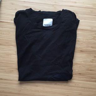 Svart t-shirt med blå prick från the stray boys. I princip oanvänd. Köpt på herravdelning, märkt med XS men passar även S