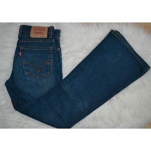 Säljer mina Levi's jeans i modellen 609. Dom är blåa flarejeans, alltså bootcut. 😊 Dom är i mycket bra skick.   Priset är exklusive frakt. Jag har swish och fraktar gärna. Om jag ska skicka står köparen för frakten.