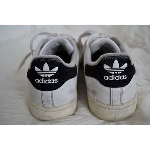 Säljer mina älskade Adidas Superstars Original pga har köpt ett par nya.  Använda vilket syns på den svagt gulfärgade sulan och lite skrapmärken på nån sida. Men hela och otroligt sköna 😊 Priset är exklusive frakt.