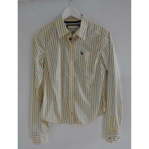 Skjorta från Abercrombie & Fitch köpt i butik i London förra året.  Fint figursydd och är färgerna passar bra i vår och sommar.  Storlek L men passar klockrent på M.  Nypris: 895kr  Priset är exklusive frakt.
