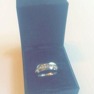 Säljer denna vackra silver ring med diamanter, silvret försvinner ej och diamanterna lossnar inte, Storlek; Amerikansk: 7, Svenskt: ca 14 💎