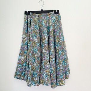 Somrig, hemsydd kjol!  Utsvängd, mjuk och rymlig, något längre i modellen!