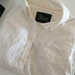 Vit peak performance skjorta i storlek xs