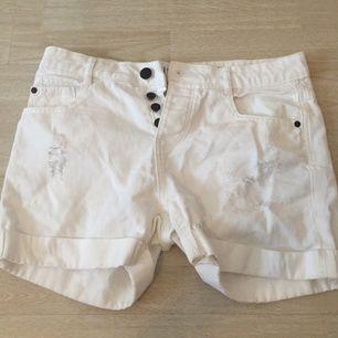 Vita jeans shorts i storlek 36. Sparsamt använda